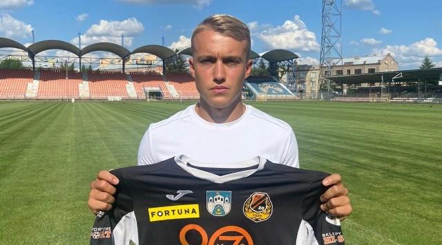 20-letni Oskar Majda podpisał w dniu dzisiejszym roczną umowę z ostrowieckim klubem. Powinien być wzmocnieniem ekipy KSZO 1929.