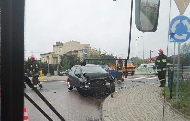 Wypadek przy Auchan. Zderzenie samochodów osobowych przy rondzie Produkcyjna - Maczka
