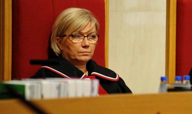 Julia Przyłębska dostała się do Trybunału Konstytucyjnego dzięki poparciu PiS. Jej mąż jest obecnie ambasadorem RP w Niemczech, należy do poznańskiego AKO i popiera partię rządzącą