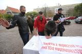 Gastro Protest w Katowicach. Przynieśli czarną polewkę dla Kaczyńskiego, Morawieckiego i Gowina