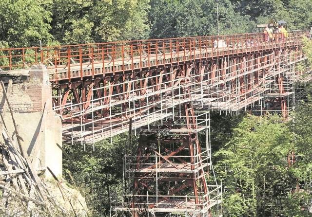 Prace na moście kolejki wąskotorowej  robią wrażenie. - Gdyby nie budowa ścieżek nie byłoby dla tego obiektu ratunku - uważa starosta Wojciech Porzych.  - Ścieżki to mój pomysł - podkreśla.