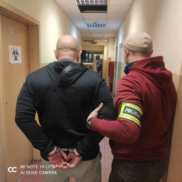 Policjanci podczas zasadzki zatrzymali na gorącym uczynku dwóch mężczyzn, którzy przeładowywali paki z kontrabandą z jednego auta do drugiego