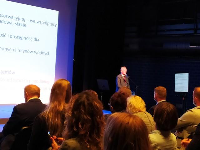 Prof. dr. hab. Andrzej Górniak przedstawił prelekcję na temat zmian klimatycznych w województwie podlaskim. Opowiedział też o sposobach łagodzenia ich skutków.