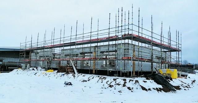 Rosną mury nowej portierni SWISS KRONO, na zdjęciu stan z połowy stycznia. Powierzchnia użytkowa  obiektu wyniesie 400 mkw.