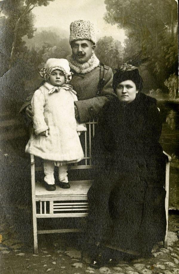 """""""Demaskatorska"""" fotografia prezydenta Bolesława Szymańskiego w rosyjskim mundurze. Obok prezydenta żona Maria i córka Halina."""