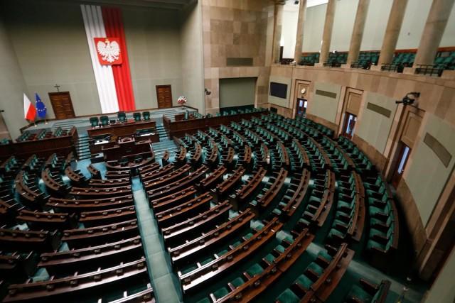 Prawo i Sprawiedliwość odzyskuje utraconą przewagę. Według najnowszego sondażu do Sejmu dostałoby się pięć ugrupowań