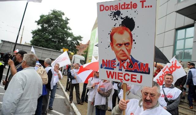 Manifestacja związkowców w Szczecinie. Transparenty były bardzo dosadne, tu dostało się premierowi Donaldowi Tuskowi.