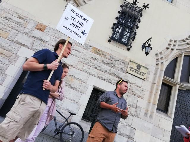 Działacze Wolnych Konopi wspierali bydgoszczanina przed bydgoskim sądem