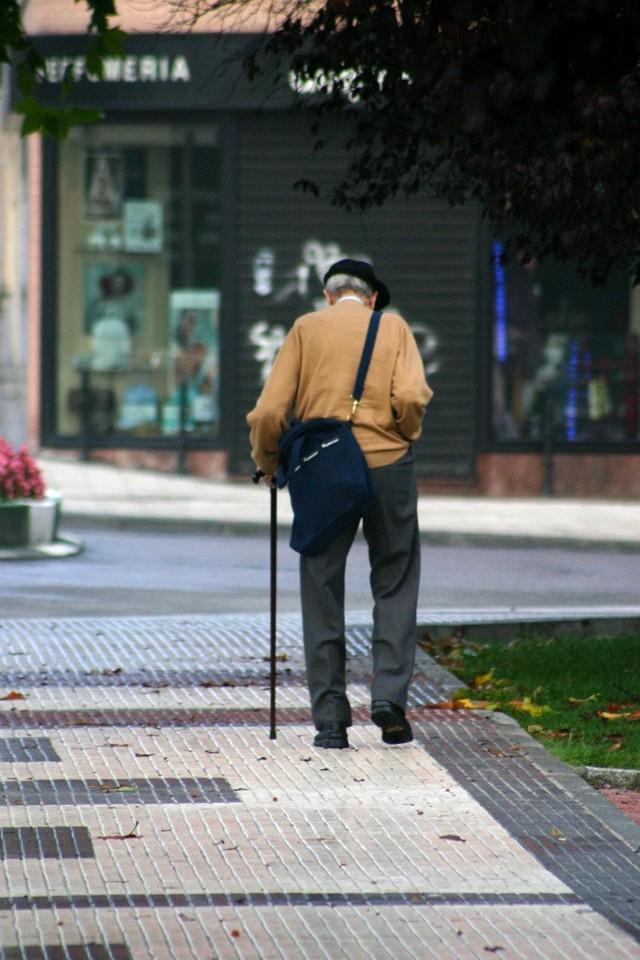 Przestępcy wykorzystują naiwność ludzi starszych i drzemiącą w nich chęć pomocy.