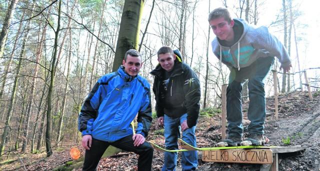 8 metrów - to rekord skoczni. Na zdjęciu Krzysiek Łanowy, Bartek Zimończyk i Patryk Froehlich