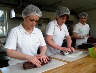 Po miesięcznym leżakowaniu w dębowych nieckach, piernik trafia prosto do rąk cukierniczek Piekarni Polskich.