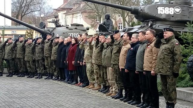 W poniedziałek 4 marca prezydent Andrzej Duda przyjechał do Żagania. Powodem jego wizyty jest 20-lecie wstąpienia do NATO.Prezydent Andrzej Duda obecnie (godz. 11.30) jest na poligonie w Żaganiu. Celem jego wizyty jest spotkanie z żołnierzami 11 Lubuskiej Dywizji Kawalerii Pancernej oraz amerykańskiej Pancernej Brygadowej Grupy Bojowej. Podczas swojej wizyty prezydent Duda będzie obserwował wspólne szkolenie. WIDEO: Prezydent Andrzej Duda składa kwiaty pod pomnikiem Huzara w Wysokiem MazowieckiemKolejnym punktem wizyty prezydenta będzie poligon w Orzyszu, gdzie 6 marca spotka się z żołnierzami 15. Giżyckiej Brygady Zmechanizowanej oraz żołnierzami z USA, Wielkiej Brytanii, Rumunii i Chorwacji tworzącymi Wielonarodową Batalionową Grupę Bojową NATO, w ramach wzmocnionej wysuniętej obecności NATO na wschodniej flance.Przeczytaj też:  Prezydent Andrzej Duda odwiedzi polskich i amerykańskich żołnierzy w Żaganiu. To z okazji 20-lecia wstąpienia do NATOWięcej informacji już wkrótce.