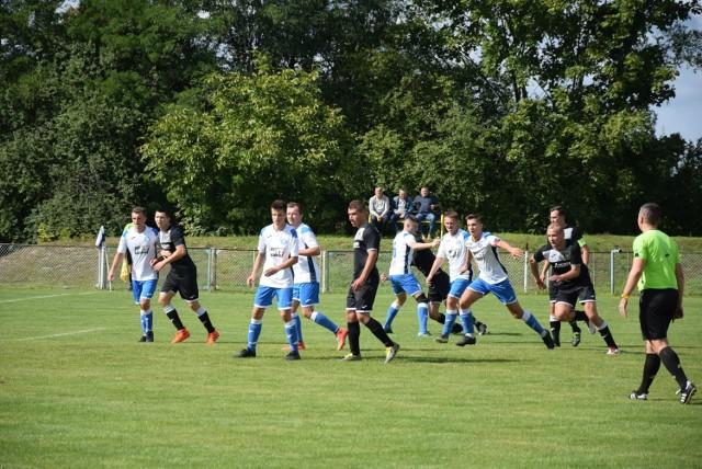 Piłkarze Szydłowianki Szydłowiec (w biało-niebieskich strojach) mają indywidualne treningi.