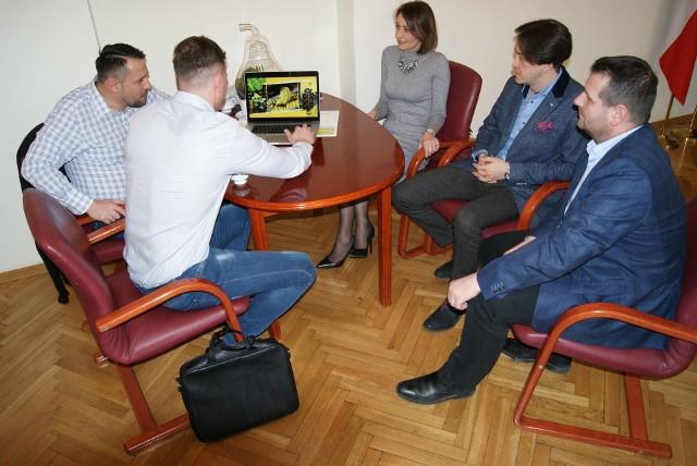 Burmistrz Piotr Kozłowski (drugi z prawej) spotkał się z przedstawicielami Citronexu.