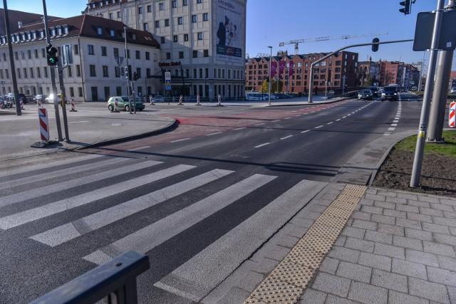 Pierwsze przejście naziemne na Podwalu Przedmiejskim otwarto w listopadzie na wysokości ul. Chmielnej