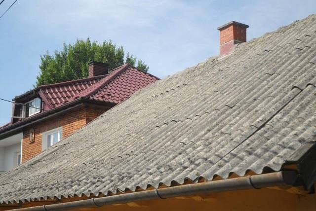 Azbest pokrywający jeszcze wiele dachów i elewacji budynków w powiecie inowrocławskim jest bardzo niebezpieczny dla zdrowia. Nie wolno go jednak usuwać na własną rękę