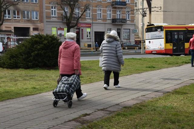 """By seniorzy nie musieli wychodzić z domów, młodzi mogą pomóc im przetrwać czas pandemii. Dołącz do grupy na FB """"Grudziądzka Pomoc Sąsiedzka""""."""
