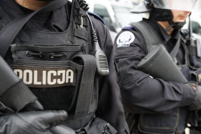 """Dwóch policjantów włocławskiej komendy miejskiej miało podawać się w """"stosunku do poszkodowanego przedsiębiorcy"""" za urzędników."""