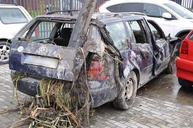 Auto, którym jechali trzej koledzy, wypadło z drogi,...