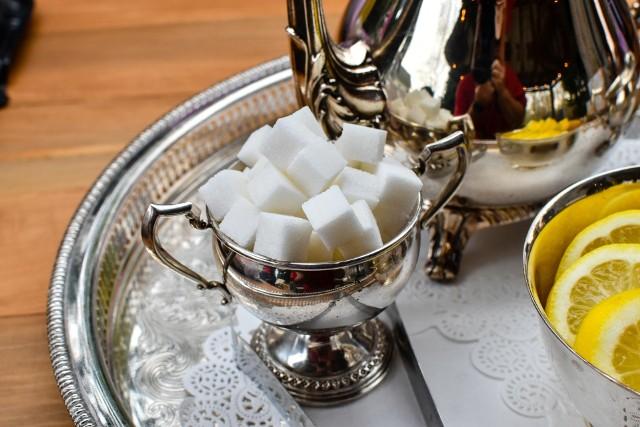 Mówi się, że ciastko do kawy jeszcze nikomu nie zaszkodziło. Jeśli jednak spożywamy zbyt dużo cukru i słodkich produktów, musimy liczyć się z wieloma skutkami ubocznymi. Przybieranie na wadze to nie wszystko. Spożywanie dużej ilości cukru i niezdrowy styl życia prowadzi do groźnych chorób, nie tylko cukrzycy. Oto 10 objawów, które mogą świadczyć o tym, że jesz zdecydowanie za dużo cukru. Zobacz, czy je masz! Może to już czas ograniczyć słodkie napoje?Czytaj dalej. Przesuwaj zdjęcia w prawo - naciśnij strzałkę lub przycisk NASTĘPNE