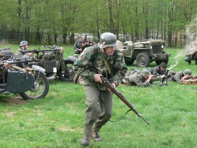 """Piechota niemiecka podczas ataku na pozycje """"Hubala"""". Inscenizacja historyczna w Samsonowie."""