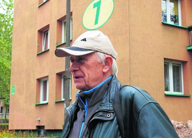 Ten remont powinien się już zakończyć. Wiem, że nie ma jeszcze zimy, ale w mieszkaniach ciepło nie jest - mówi Ryszard Tupalski, którego spotkaliśmy obok bloku przy ul. Gruntowej 7.