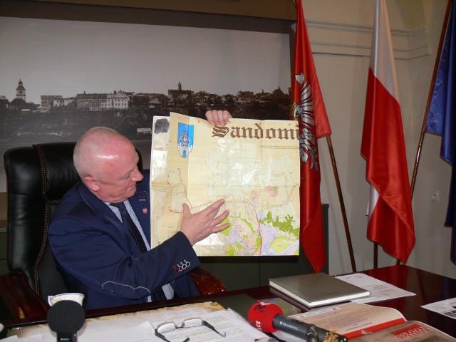 Marek Bronkowski, burmistrz Sandomierza pokazuje na mapie paradoks związany z podziałem gminy Obrazów i wsi Chwałki.