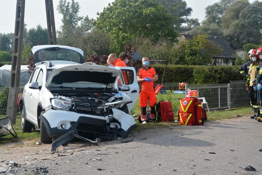 """W piątek (25 września) na łuku drogi w m. Płosków zderzyły się dwa samochody osobowe. Dwie osoby z obrażeniami ciała zostały przewiezione do szpitala.W m. Płosków, gm. Sośno doszło do groźnego wypadku. Na łuku drogi zderzyły się dwa samochody osobowe; dacia i hyundai. Dwie osoby, które kierowały autami odniosły obrażenia ciała i zostały przetransportowane do szpitala. Jak dowiedzieliśmy się Komendzie Powiatowej PSP w Sępólnie Krajeńskim w akcji ratowniczej uczestniczyły 4 zastępy PSP, funkcjonariusze policji, ratownicy pogotowia ratunkowego i zespół pogotowia lotniczego. trwa ustalanie przyczyny wypadku - prawdopodobnie jedno z aut """"wypadło"""" na zakręcie i zjechało na przeciwległy pas ruchu."""