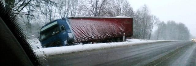 Ten tir wypadł z krajowej ósemki na odcinku między Białymstokiem a Choroszczą.