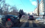 Potrącił pieszego na pasach i zaczął sprawdzać... stan samochodu [FILM]