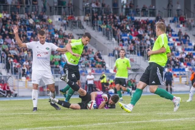 Stal Stalowa Wola (seledynowe koszulki) przegrała na inaugurację sezonu z Odrą Opole 0:3.