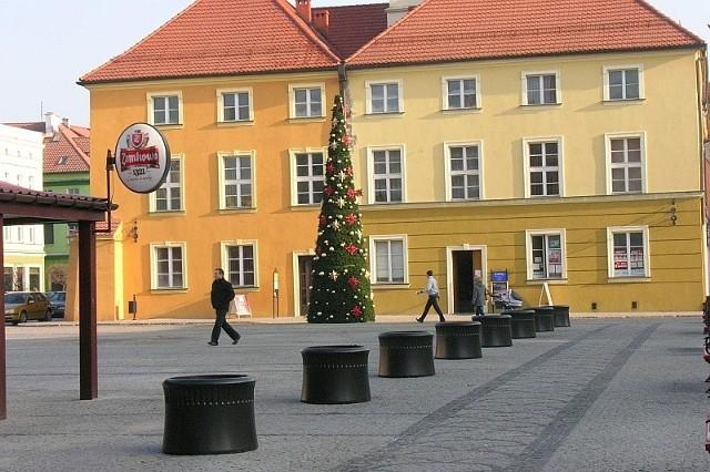 Namysłowska choinka stoi po zachodniej stronie ratusza.