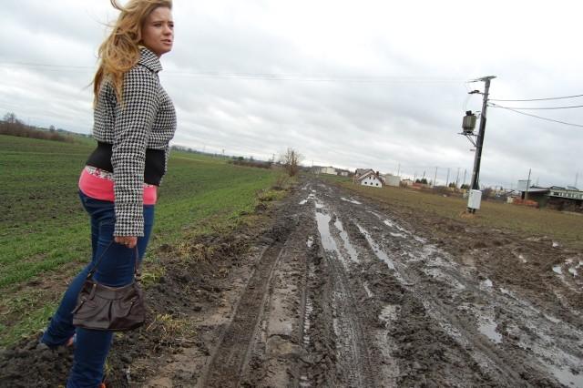 Agnieszka  Willer  z Subków pokazuje drogę, którą pogotowie jechało do jej chorej matki
