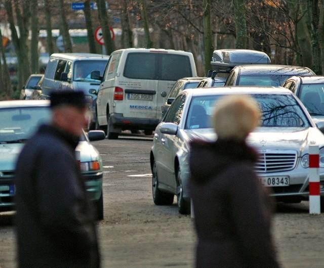 Niewielka uliczka Marii Konopnickiej wczoraj po godz. 13. Jak zwykle zastawiona autami.