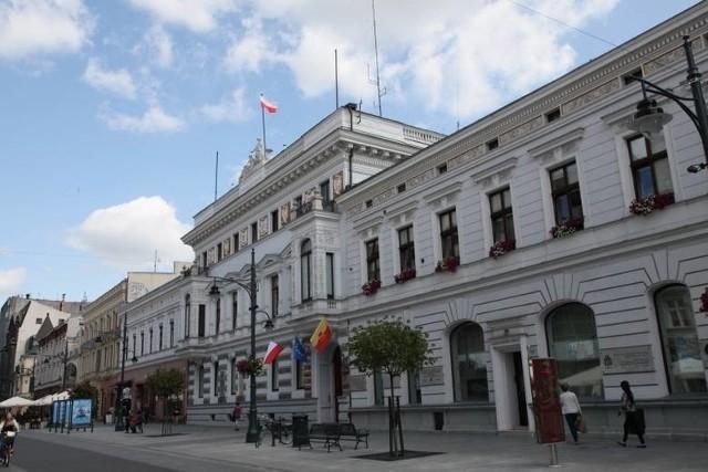 W Urzędzie Miasta Łodzi kilka dni temu wprowadzono nowy Kodeks Etyki. Zapisano w nim m.in. zasadę niedyskryminowania ze względu na orientacje seksualną.Czytaj więcej na następnej karcie