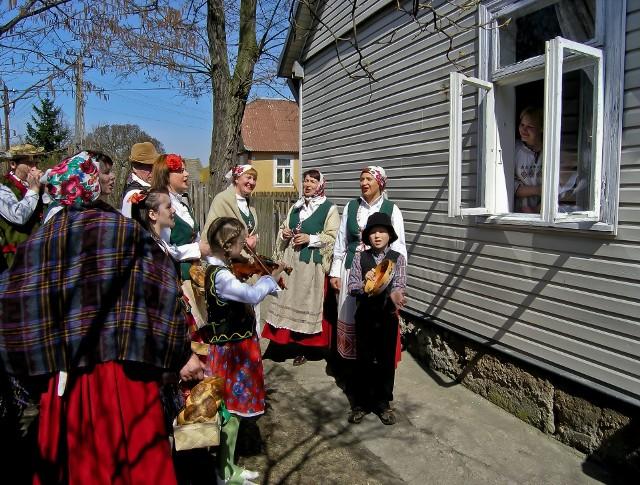 W Knyszynie co roku organizowane jest kolędowanie z konopielką. Wiosenne pieśni wykonują kompanie pod oknami domostw. Zdjęcie pochodzi z 2006 roku.