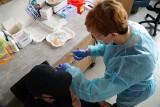 Na UAM zaszczepiło 1,5 tys. osób. Początkowo chętnych było 4 tys. Niewykorzystane dawki zostaną wykorzystane w szczepieniach populacyjnych