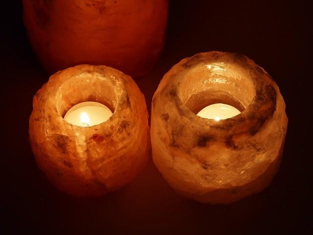 Co się dzieje z organizmem, gdy zapalamy w pomieszczeniu lampę solną?Lampy solne z himalajskiej soli to wydrążone w środku bryłki soli, w których wnętrzu umieszcza się żarówkę. Każda lampa solna naturalna ma swój indywidualny kształt, barwy także różnią się od siebie. Swoją największą popularność lampy solne zdobyły w latach 90. nie tylko w Polsce, ale na całym świecie.Zwracano uwagę nie tylko na ich walory dekoracyjne, ale także właściwości zdrowotne. Obecnie lampy solne wracają w wielkim stylu - to trend, który na nowo został odkryty przy urządzaniu wnętrz.Wiele osób uważa, że lampy solne wpływają na zdrowie, sen i samopoczucie. Co się dzieje z organizmem, gdy ustawimy w pomieszczeniu lampę solną? Zobacz >>>>>