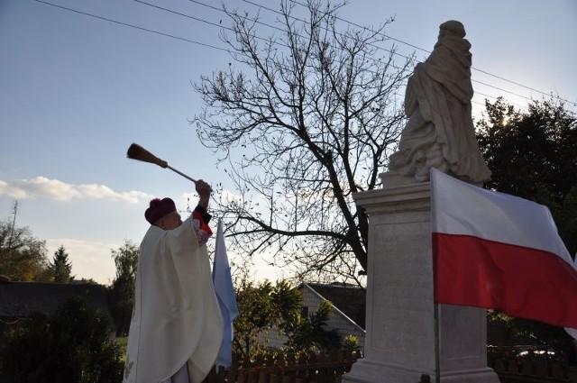 Odnowioną figurę poświęcił biskup Edward Frankowski.