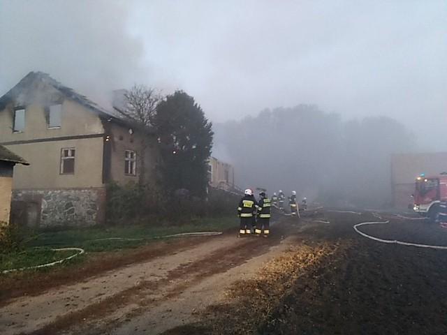 W Kokocku palił się wczoraj opuszczony budynek. Jest podejrzenie, że ktoś go podpalił, ponieważ nie był podłączony ani do sieć elektrycznej ani do gazowej
