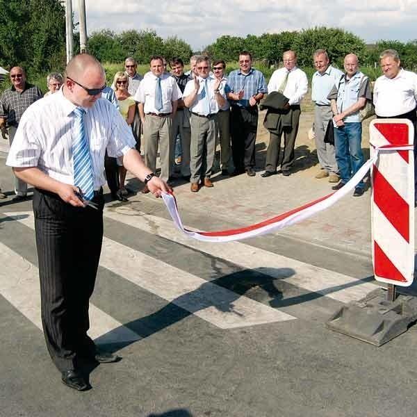Burmistrz Paweł Wolicki jako ostatni przeciął wstęgę na nowym rondzie.