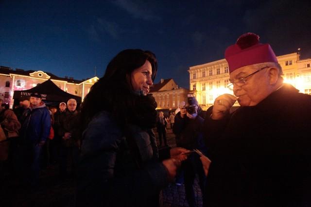 Na Rynku w Bydgoszczy mieszczanie wspólnie podzielili się opłatkiem.