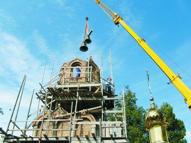 Dzwony zamontowano w najwyższej kondygnacji dzwonnicy. Teraz będą mogły już ruszyć prace wykończeniowe obiektu.