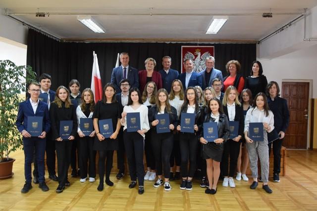 W szkole w Mogielnicy stypendia starosty otrzymało szesnastu uczniów, którzy mieli średnią w nauce na poziomie przynajmniej 4,8.