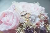 Życzenia na ŚLUB 2021. Krótkie, piękne i wzruszające życzenia dla młodej pary od przyjaciół i rodziny. Życzenia ślubne do kartki pamiątkowej
