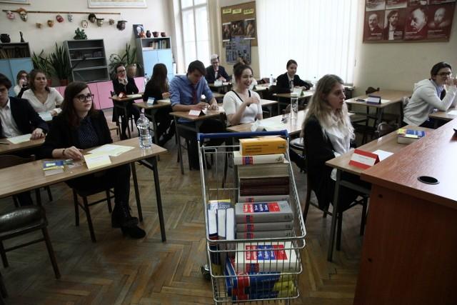Rekrutacja do liceów ogólnokształcących i szkół zawodowych trwa już trzeci tydzień. Sprawdziliśmy, jak wyglądają dotychczasowe statystyki łódzkich LO i techników (branżówki mają śladowe zainteresowanie) z naboru, który rozpoczął się 17 maja. Ósmoklasiści z podstawówek muszą dokonać wyboru nowej szkoły w elektronicznym systemie rekrutacji do 21 czerwca. Ale potem – do 14 lipca – będą mogli go zmienić, gdy już poznają (2 lipca) wyniki swojego państwowego egzaminu, decydującego o szansach na dobry ogólniak, technikum czy branżówkę. W naszym województwie te majowe testy zdawało ok. 20 tys. nastolatków. Przedstawiamy aktualne dane z Łodzi, bo szkoły średnie w stolicy regionu przyciągają także licznych kandydatów z mniejszych ośrodków – zwłaszcza z tych, które mają dobre połączenia z Łodzią komunikacją publiczną. W 2021 r. rekrutacyjnym atutem wydaje się możliwość przygotowania ucznia do matury międzynarodowej (IB). I... klasa teatralna.>>> Na następnych ilustracjach najpopularniejsze obecnie szkoły średnie w Łodzi >>>Na zdjęciu jedna z matur międzynarodowych w IV LO w ostatnich latach