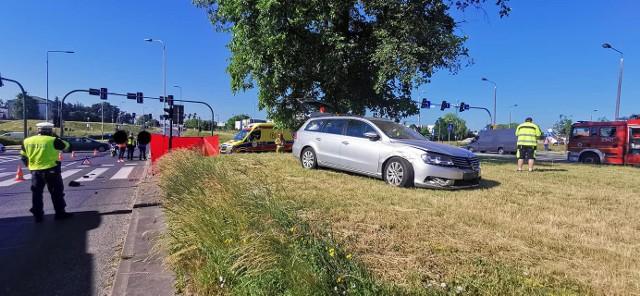 14 czerwca na rondzie Inowrocławskim w Bydgoszczy doszło do kolizji dwóch samochodów i potrącenia dwójki pieszych