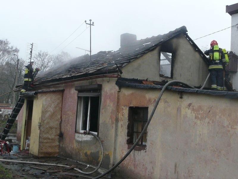 W Konstantynowie  pożar wybuchł w przy placu Wolności 12A. Strażacy musieli rozebrać spalony dach