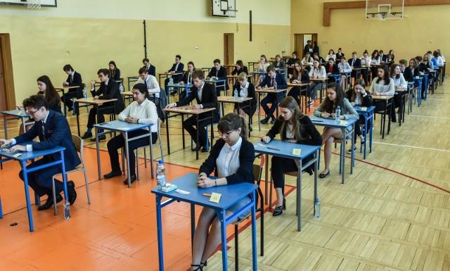 Organizowanie egzaminu ósmoklasisty i matur 2020: Centralna Komisja Edukacyjna opublikowała spis zasad dotyczących bezpieczeństwa w czasie egzaminów. Szkoły w Poznaniu przygotowują się do ich przeprowadzenia.