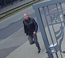 Policjanci z Łodzi poszukują mężczyzny, który kopnął w nogę i uderzył pięścią w twarz kobietę, która zwróciła mu uwagę za brak maseczki. >>> Czytaj dalej na kolejnym slajdzie >>>